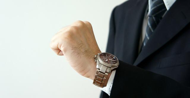 時間を見て確認する仕草