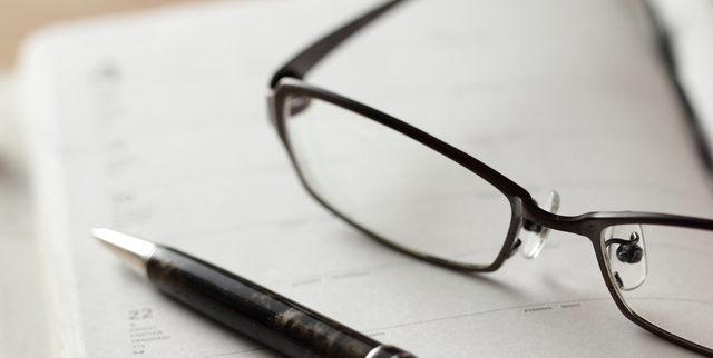 眼鏡を片手でなおす仕草