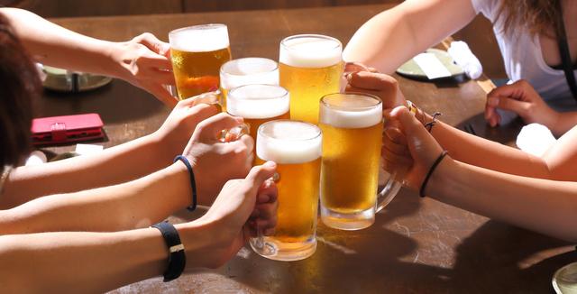 友達と飲み会で楽しむ