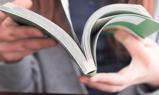 雑誌やパンフレットを読む