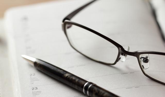 眼鏡を直す仕草