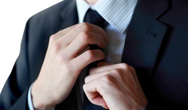 ネクタイを締める仕草