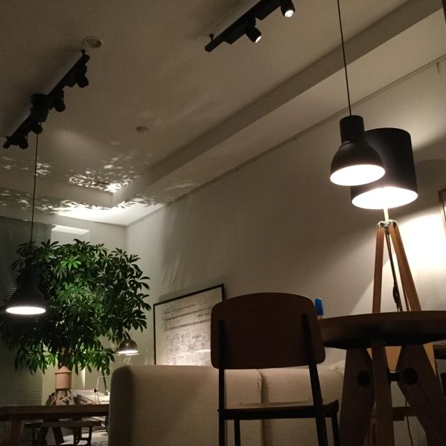 アーティスティックな照明のインテリア
