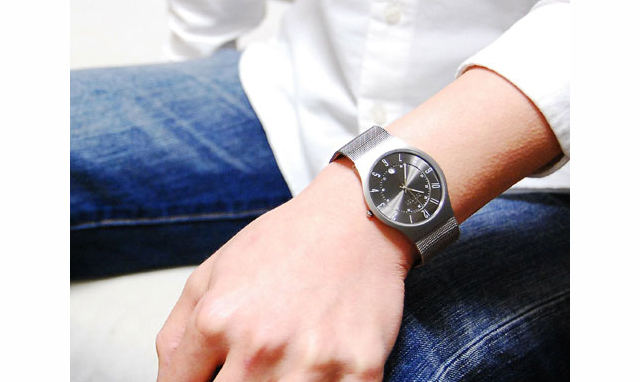 リラックスして身に着けられるスカーゲンメタルバンド腕時計