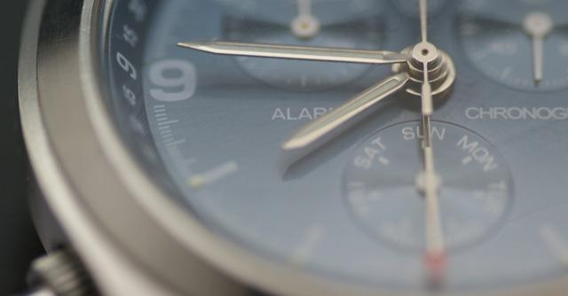 タイムレスに使えるスカーゲンメタルバンド腕時計