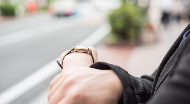 レトロさと繊細さが際立つデザインの腕時計
