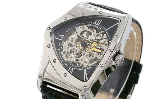 スケルトン素材が機械的でクールに見せる腕時計