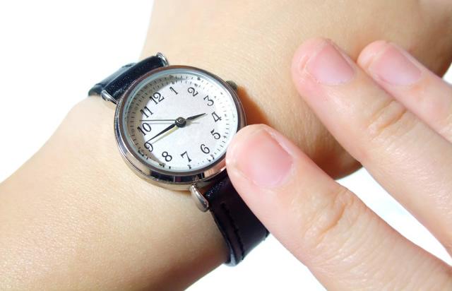 厚みのある革ベルトが安定感あるフォッシル腕時計