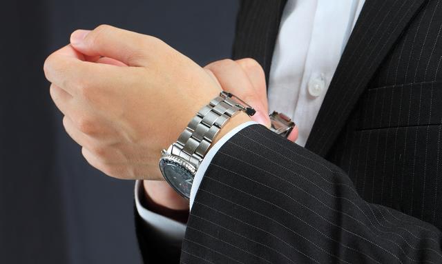 日本人の腕にフィットしやすいデザインのケンテックス腕時計