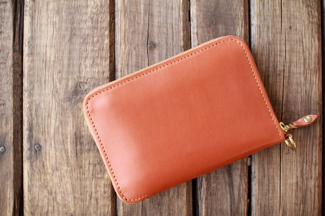 二つ折りメンズ財布のファスナー付きがおすすな理由