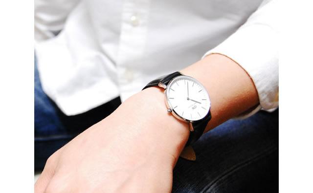 オンオフ両用に使いたいなら革バンドのダニエルウェリントン腕時計