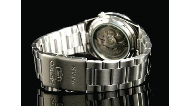 スケルトンで機械式の歯車などを眺められる腕時計