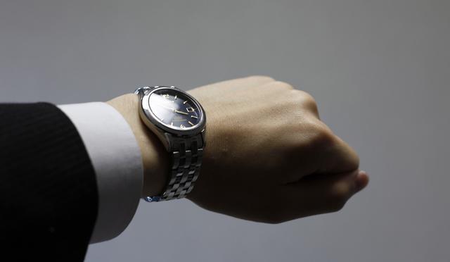 色気のある男性は腕時計に気を配る