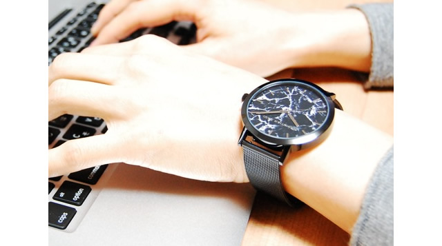 大人なスタイルに演出してくれる腕時計