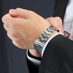エンポリオアルマーニのメンズ腕時計をつけている男性のイメージ