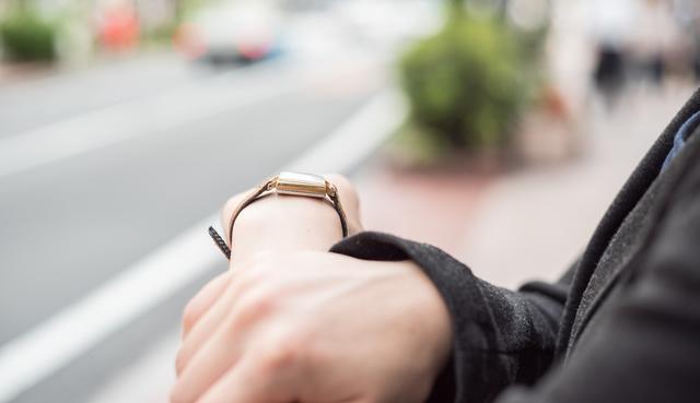 魅惑的なフェイスに仕上げてくれる腕時計