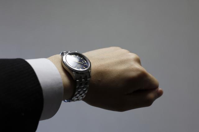 フォッシルのメンズ腕時計をつけている男性のイメージ