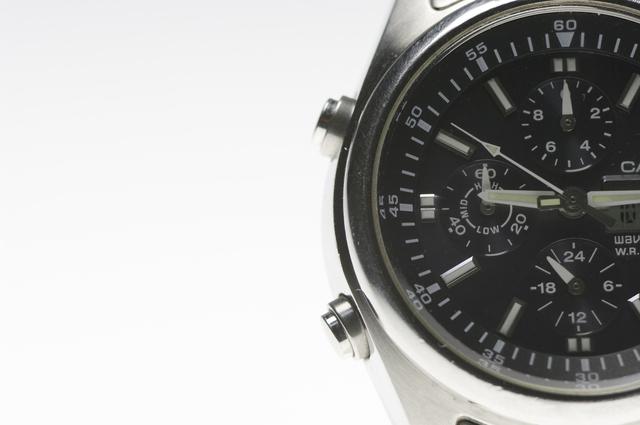 どんなシーンにも対応できる黒の腕時計