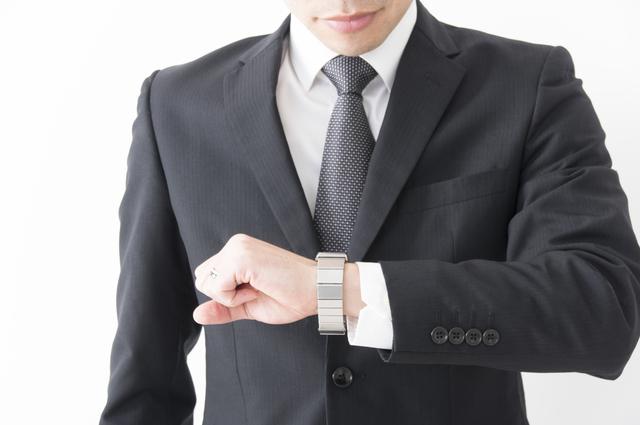 腕時計とシャツの袖のバランス