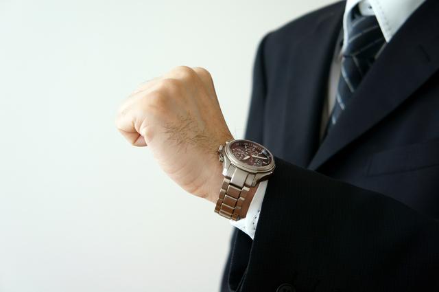 女性は男性の腕時計のここを見ている