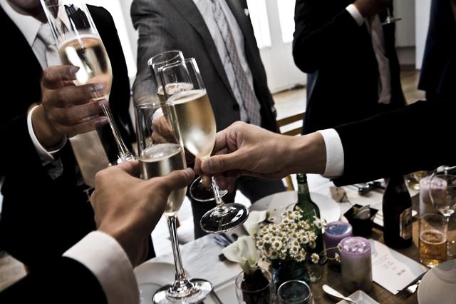 男性が披露宴に出席する際の腕時計