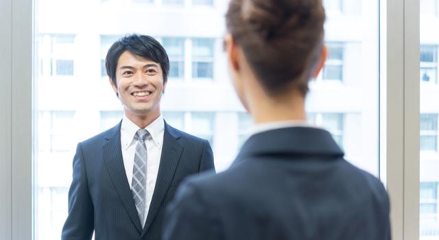 ニコッと微笑みかける男性は女性にモテる