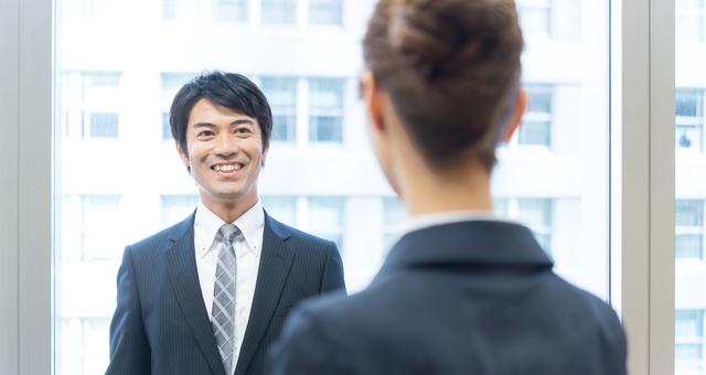 笑顔の男性は人一倍周囲への配慮ができるのでモテる