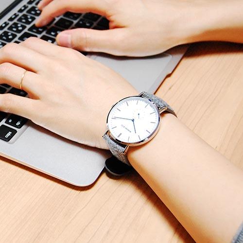 スタッフレビュー カナダ・モントリオール発、トラッド感のあるクラシカルなロスリングのメンズ腕時計は、シンプル好きなシンプルカジュアル系男女にぴったりの一本です。 そのようなシンプルな腕時計をお探しの方に最適なロスリング CLASSIC 40MM Glencoe クオーツ ユニセックス 腕時計 RO-001-001 ライトグレー/ホワイトは、少し他とは違ったこだわりを感じる腕時計です。高性能なムーブメント、視認性の高いスモールセコンド付きの文字盤は高機能で、ただシンプルなだけではありません。また、少し珍しいウールのツイードベルトは軽く通気性が良いため、長時間の着用も疲れない優れものです。 ミニマムなデザインを追求することにより、シンプルカジュアルからスーツスタイルまでスタイルを選ばず使える高い汎用性があり、それでいて、手に取りやすいリーズナブルなプライス設定はプレゼントやペアウォッチ、腕時計初心者の方へもオススメです。  ロスリング CLASSIC 40MM  Glencoe クオーツ ユニセックス 腕時計 RO-001-001 ライトグレー/ホワイトの関連するコンテンツ ロスリング CLASSIC 40MM Glencoe クオーツ ユニセックス 腕時計 RO-001-001 ライトグレー/ホワイト