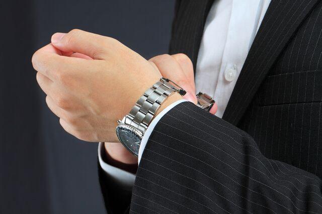 どんなカラーにもマッチするからシンプルな腕時計はフォーマルにおすすめ!